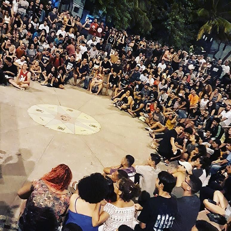 Batalha do Coqueiral - dezenas de jovens escutando rima improvisada e som