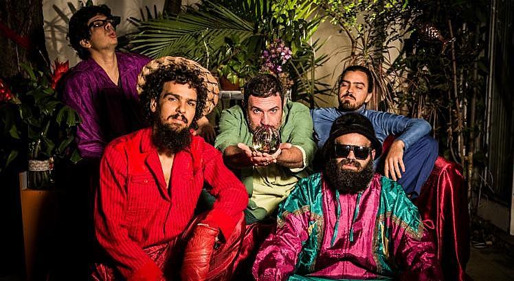 Nessa sexta, um dos shows da noite é o da banda Mombojó