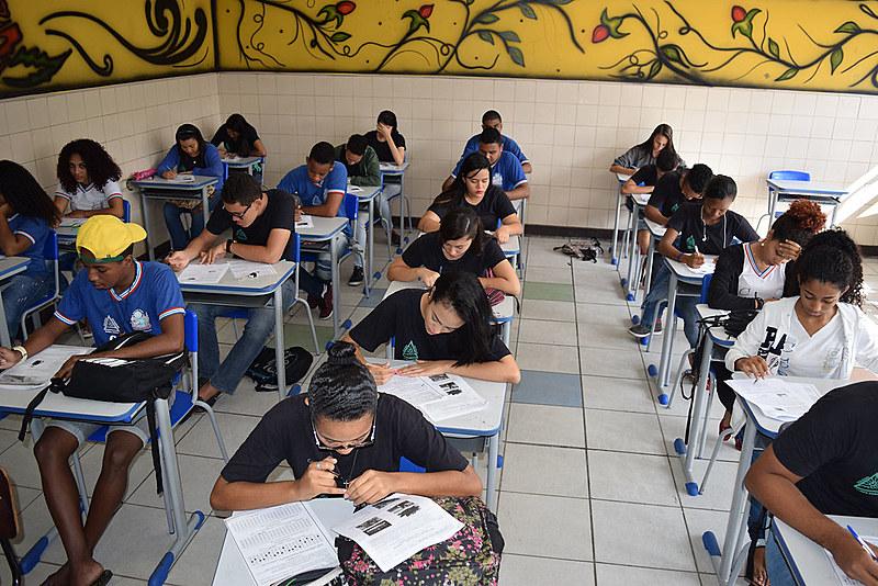 Estudantes de escola pública na Bahia fazem simulado para prova do Enem