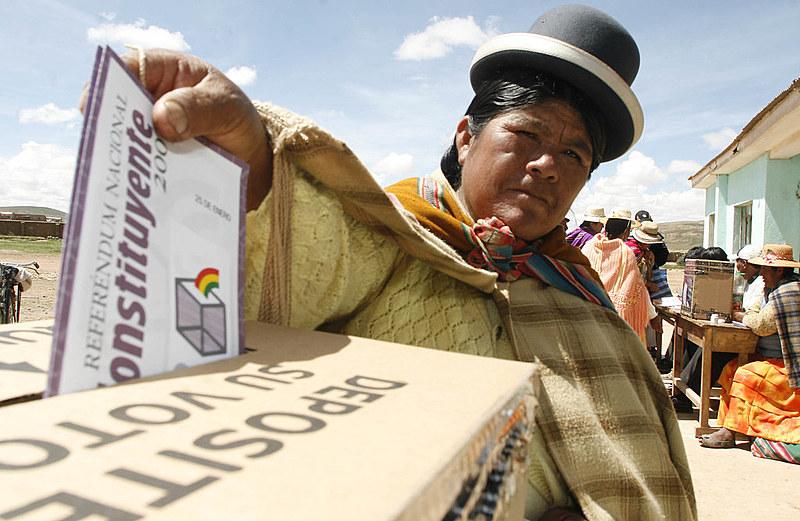 Buscando refletir imensa diversidade étnica e cultural boliviana, texto é considerado um marco histórico recente