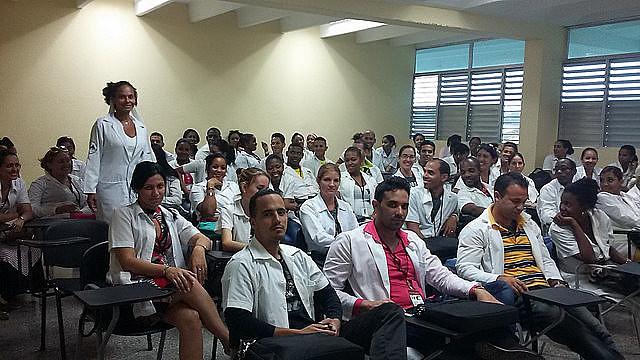 Ana Marta impartiendo una clase en la Recepción de Médicos seleccionados en Cuba para el Programa Más Médicos en Brasil, en febrero de 2017