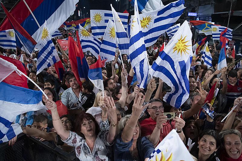 Apoiadores da Frente Ampla durante um ato de final de campanha. A coligação enfrenta o Partido Nacional nas urnas do país neste domingo (24)