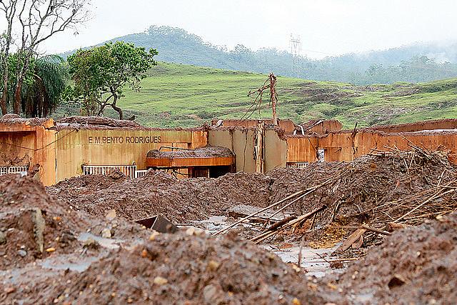 Rompimento da Barragem de Fundão, pertencente à Samarco, levou devastação à vegetação nativa e poluição à bacia do Rio Doce