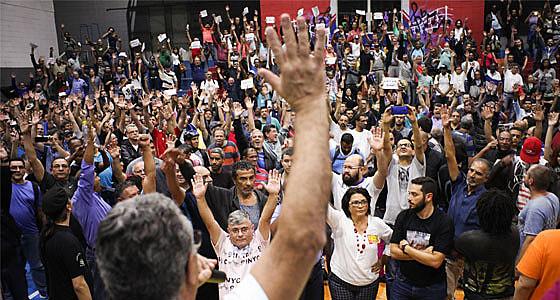 Metroviários aprovando partipação na Greve Geral do dia 24 de abril