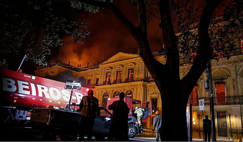Bombeiros tentam apagar o incêndio que atingiu o Museu Nacional no domingo (2)