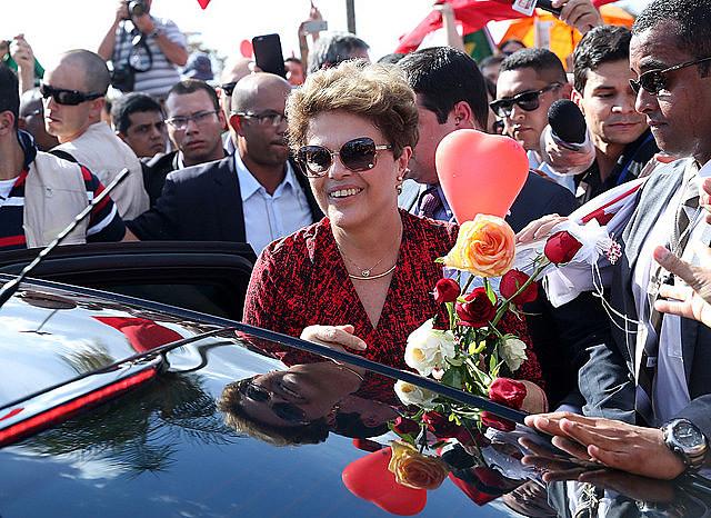 Dilma Rousseff se despide de militantes al dejar el Palacio da Alvorada en 2016 después de impeachment