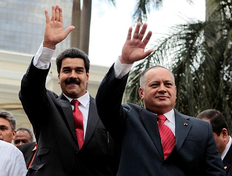 Maduro ao lado do deputado Diosdado Cabello, que assume a presidência da ANC, poder plenipotenciário do Estado venezuelano