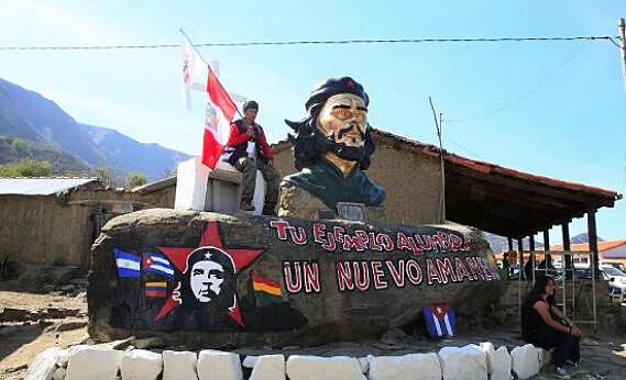 Estátua de Ernesto Che Guevara em La Higuera, na Bolívia, local onde foi executado