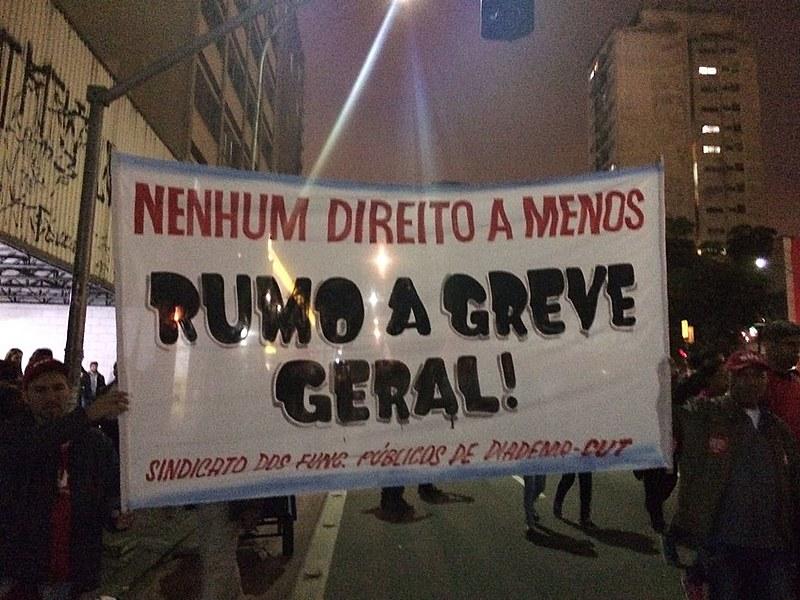 Faixa carregada durante ato do Dia Nacional de Paralisação e Mobilização, em São Paulo (SP), nesta quinta (22)