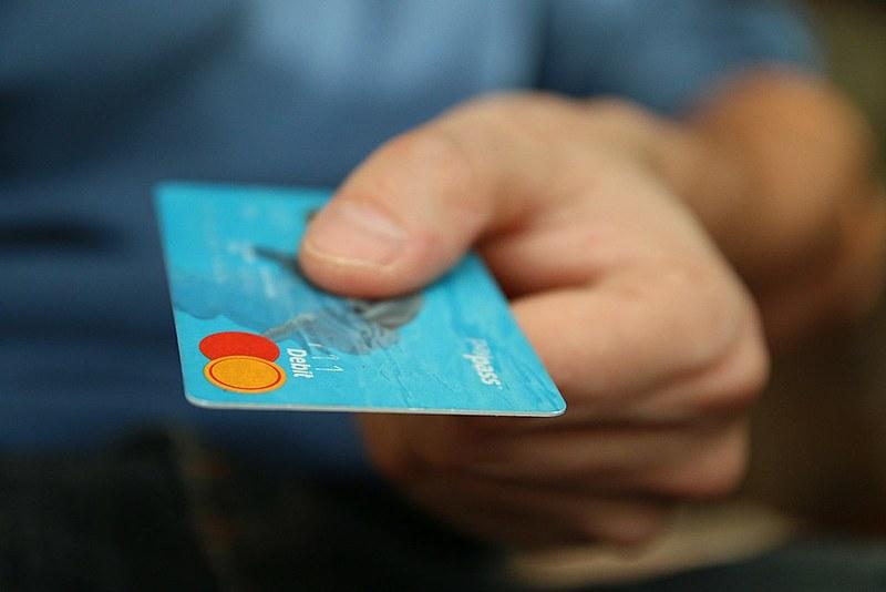 Durante o carnaval, nunca empreste ou entregue o seu cartão para ninguém e nunca o perca de vista