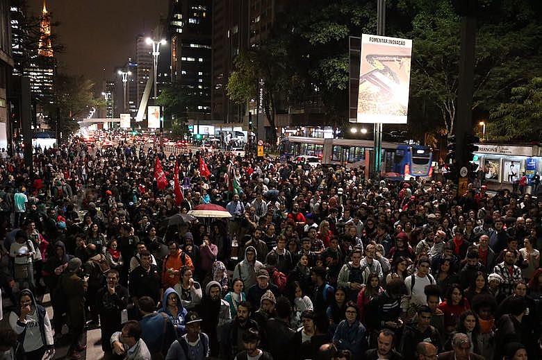 Manifestantes en Sao Paulo exigieron ayer la salida del presidente Michel Temer.