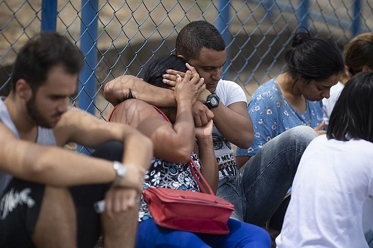 Moradores esperam por informações sobre seus parentes no Centro de Comando da Crise em Brumadinho (MG)