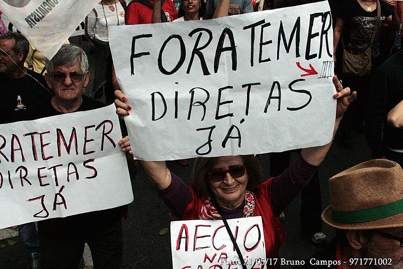 """Em ato em Belo Horizonte (MG) neste domingo (21), manifestante pede """"Diretas Já!"""""""