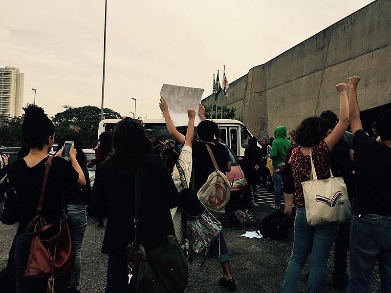 Jovens detidos chegam ao Fórum Criminal da Barra Funda e são recebidos por palavras de apoio contra a arbitrariedade policial