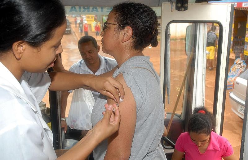 Moradora do município Dalva Cezar toma vacina contra a febre amarela