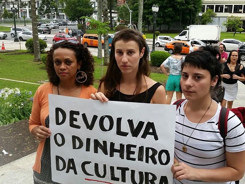 Cléo Cavalcanti, Fernanda Perondi e Renata Roel participaram do ato desta quinta-feira (8) em frente à Prefeitura