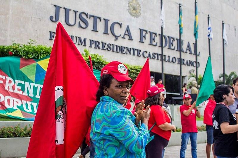 Militantes de movimentos populares sustentam vigília por Lula na Praça da Justiça