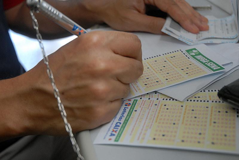 Escritor Mouzar Benedito conta 'causos' da famosa pergunta sobre loteria que já rondou o imaginário de muita gente
