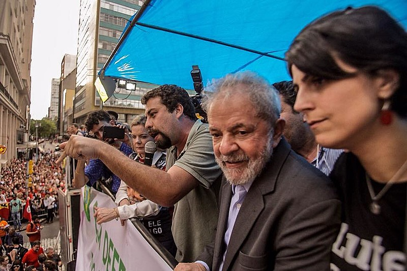[18:19, 24/1/2018] Thi Moyano: In large demonstration in Porto Alegre, in the lead up to the trial, Lula is welcomed by more than 70,000