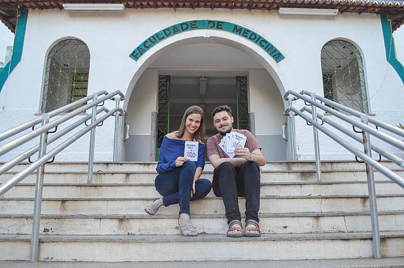 """A professora de biologia molecular Sally Lacerda e o estudante de medicina Pedro Wallison Gomes, do projeto """"Cordel e Saúde"""""""