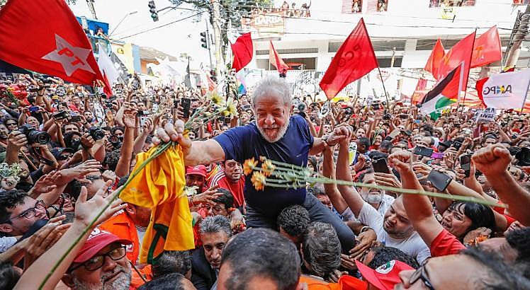 Lula é abraçado por apoiadores no dia da prisão