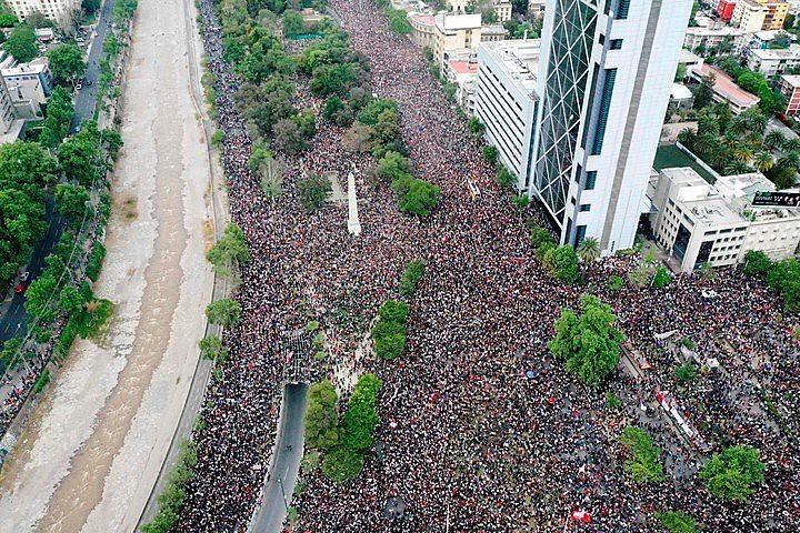 Praça Itália tomada por manifestantes nesta sexta-feira (25)