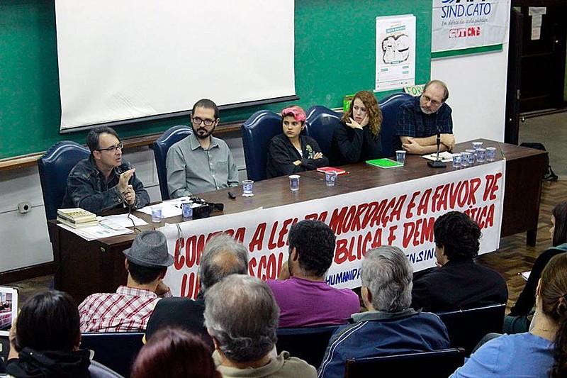 Em uma faixa, o coletivo se declara contra a lei da mordaça e a favor de uma escola pública e democrática