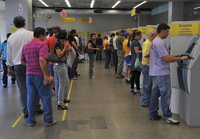 Empregados de empresas públicas devem retirar o abono salarial no Banco do Brasil