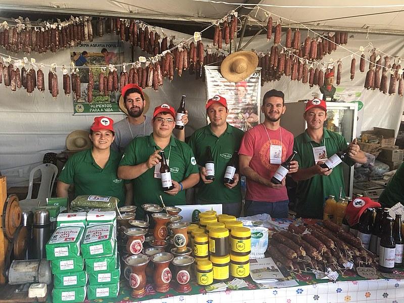 Gaúchos mostram com orgulho cerveja Popular produzida no assentamento Filhos de Sepé, em Viamão (RS)