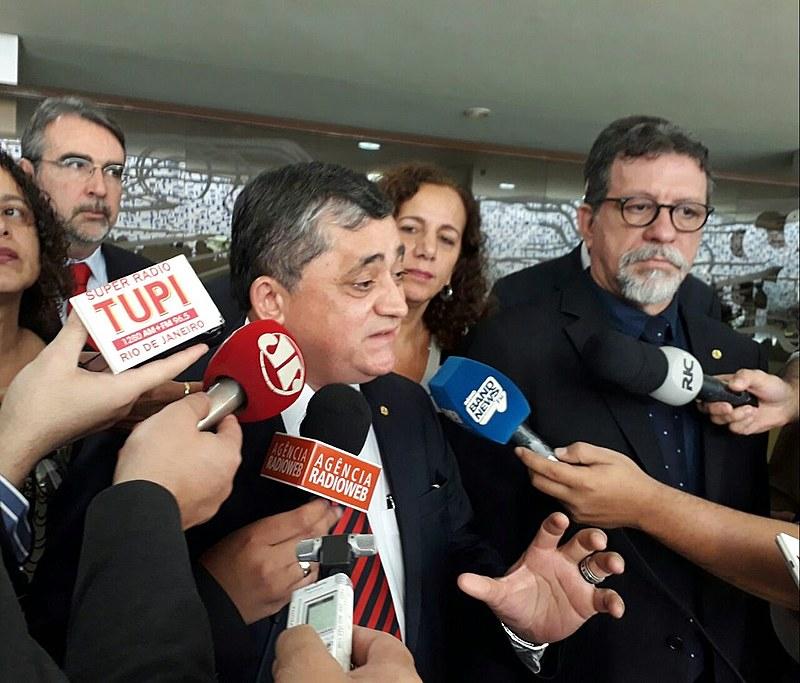 Estratégia da oposição para votação da denúncia foi anunciada em coletiva realizada nesta terça (24), na Câmara Federal