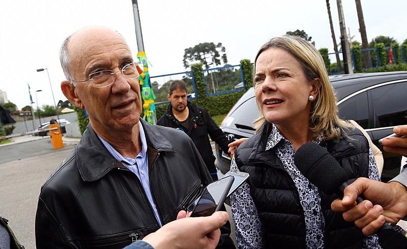 Gleisi e Rui Falcão concedem entrevista coletiva após visitar Lula em Curitiba