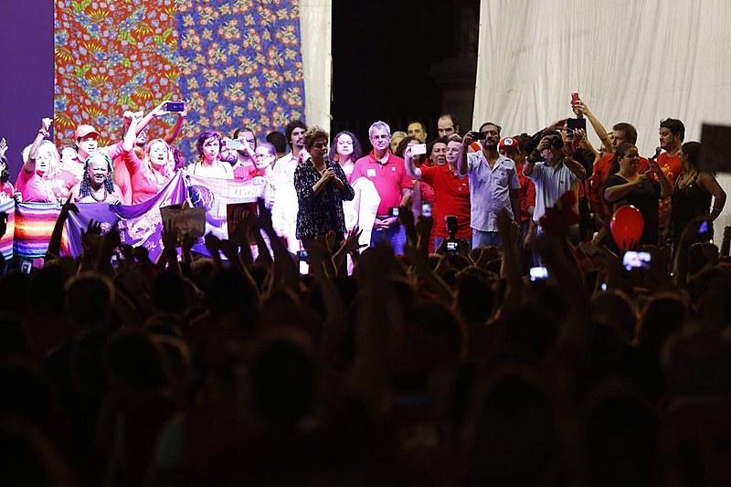 Cercada por mulheres representantes de movimentos, Dilma fala para cerca de 30.000 pessoas