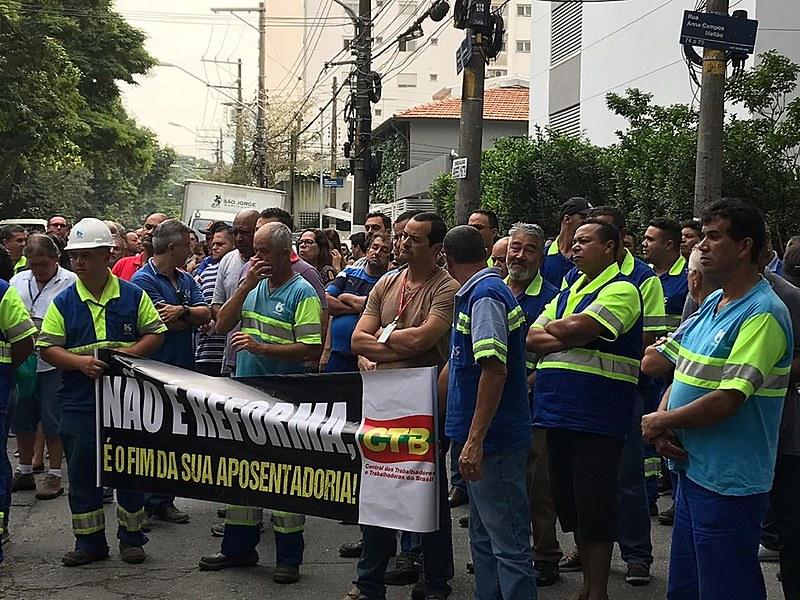 Trabalhadores se reuniram em frente à sede da empresa, no bairro de Pinheiros