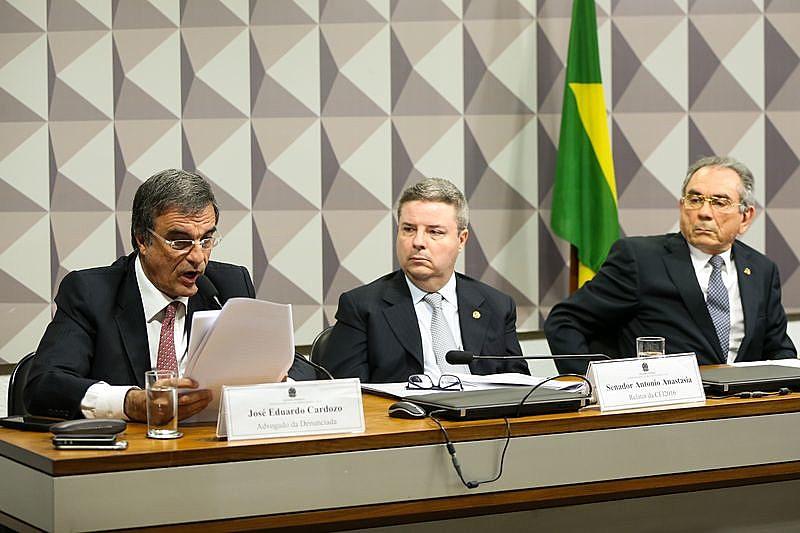 """Dilma, no documento, também afirma ser """"vítima de uma farsa jurídica e política"""" que buscaria o """"restabelecimento da eleição indireta"""""""