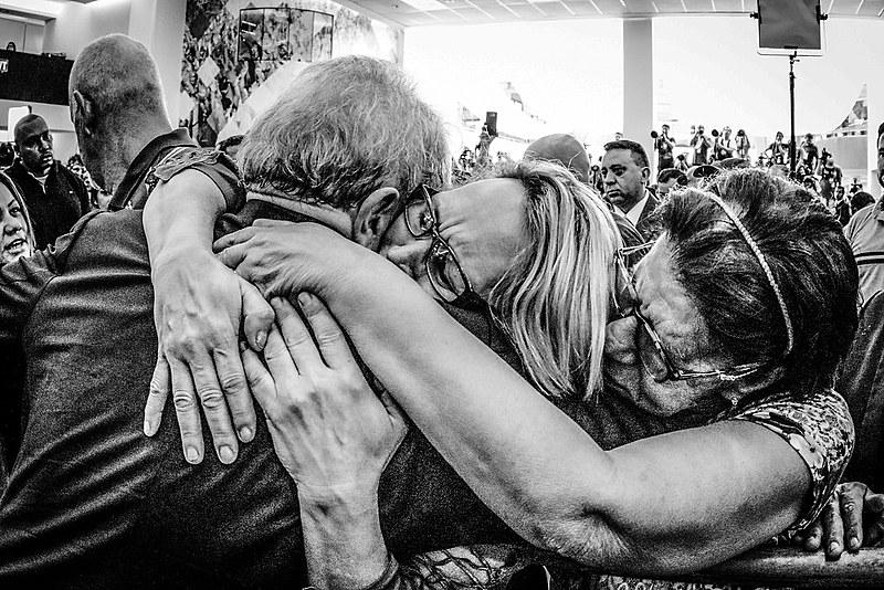 Lula é abraçado durante o velório de Marisa Letícia no Sindicato dos Metalúrgicos de São Bernardo, em 2017