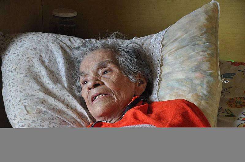 Aos 79 anos, dona Maura não tem parentes e fica o dia todo na cama. Prefeitura ignora ação do MP para acolhimento