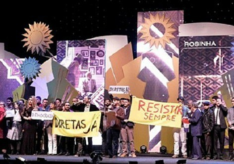 O público também participou do protesto contra o governo ao vaiar a aparição do logo do Ministério da Cultura durante o anúncio dos patrocinadores.