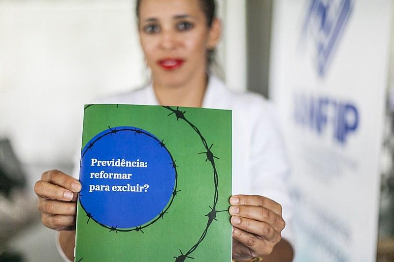 """O estudo """"Previdência: Reformar para Excluir?"""" foi organizado por um grupo de quase 50 especialistas"""