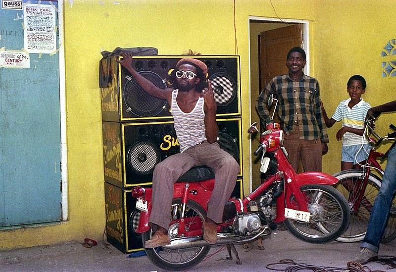 A mostra apresenta o universo sonoro e cultural da Jamaica