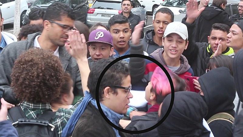 A imagem mostra o momento exato em que a estudante foi assediada pelo agressor, em ato contra o projeto Escola sem Partido
