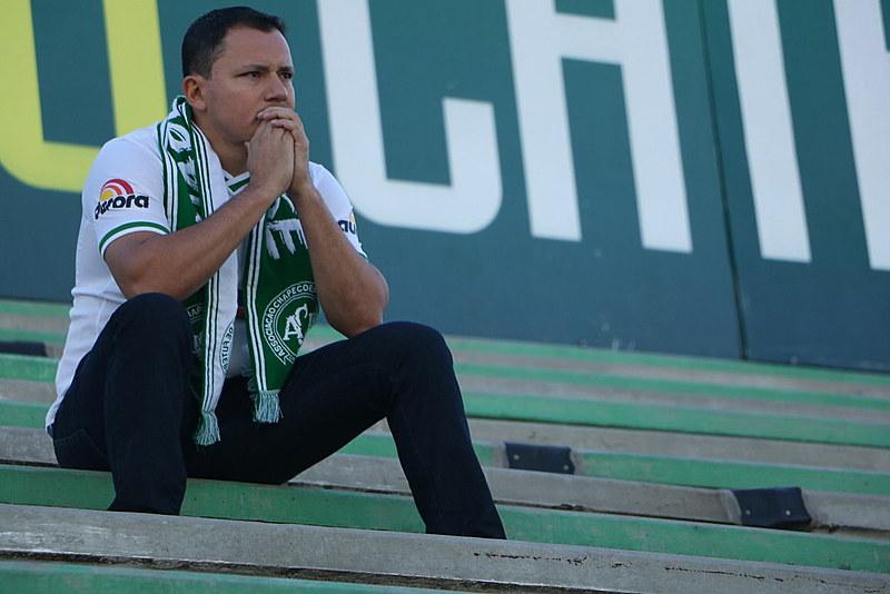 Torcedores no estádio Arena Condá, prestando homenagens aos mortos no acidente com o avião que levava a equipe de Chapecó para a Colômbia