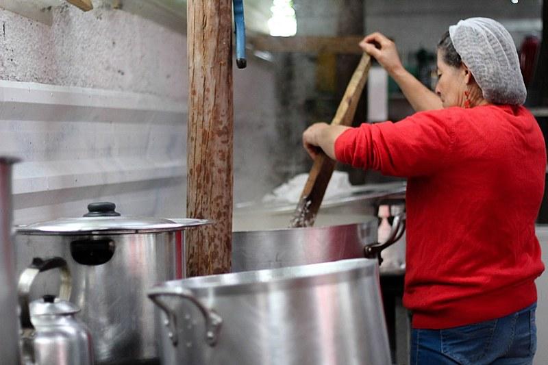 Dona Maria Maciel prepara a alimentação dos militantes na cozinha do Centro de Formação