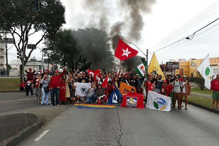 Protesto acontece logo após o atentado em Curitiba; rapaz está na UTI