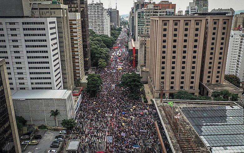 Ato desta quinta (30), em São Paulo. Semana começou com as manifestações bolsonaristas e terminou com os protestos em defesa da educação
