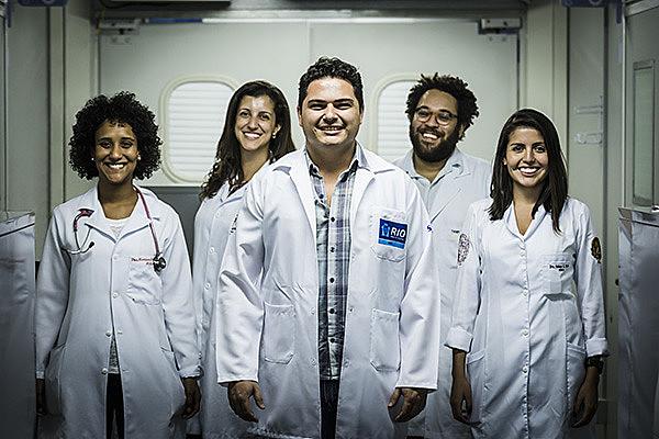 Médico de Família Bruno Stelet (ao centro), com os colegas Mariana Brettas, Monique Oliveira, Thiago Alleyne e Fabiane Panozo