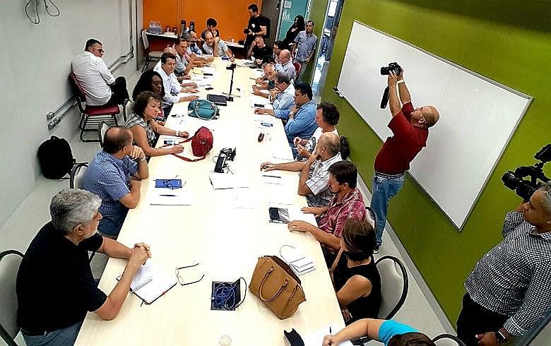 """Centrais sindicais discutindo um """"calendário de resistência"""" contra perda de direitos na sede do Dieese, em São Paulo (SP)"""