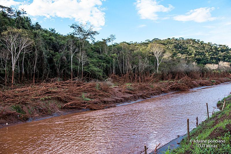 Barragem rompeu em novembro de 2015 e derramou toneladas de lama tóxicas, soterrando comunidades e destruindo o Rio Doce