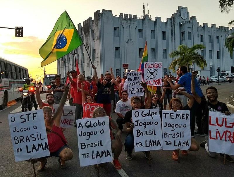 """Com o lema """"Vida em Primeiro Lugar. Desigualdade Gera Violência: Basta de Privilégio"""", lutadores sociais percorreram o centro de João Pessoa"""