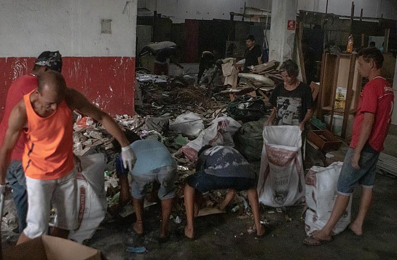 Após incêndio na Favela do Cimento (SP), centenas de famílias tentam reconstruir seus barracos em um galpão abandonado