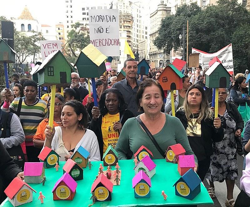Passeata do movimento por moradia saiu da praça da Sé pela boa vista der uma volta pela cidade parou no Largo São Francisco e veio pra quart